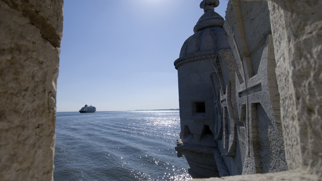 Vista da Torre de Belém (séc. XVI) para o rio Tejo. Lisboa, Portugal.
